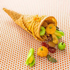 What a fun #Thanksgiving dessert, snack, or table setting for kids! @FamilyFunmag 's miniature cornucopia is overflowing with healthy goodies and a harvest of surprisingly simple-to-make sculpted #candy.