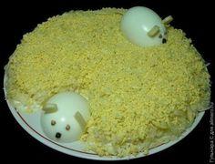 """Салат """"Мышки""""  Когда я приготовила этот салат на день рождения мужа, несмотря на обилие блюд на столе, свекровь и гости были в восторге именно от этого салата. Всем понравились и оформление, и вкус. Готовится он очень просто и быстро. Так же, как и съедается. Хотя с мышками придется немного повозиться. Но именно благодаря им, салат на столе выглядит эффектно.  Сам салат очень простой и готовится минут за 15. А вот мышек в первый раз я делала более получаса. Теперь уже наловчилась и…"""