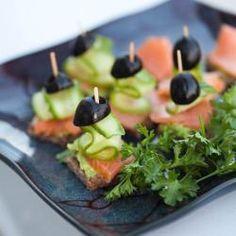 Edles Fingerfood mit Räucherlachs und Oliven - der Hit bei jeder Party. Das Rezept gibts auf Allrecipes Deutschland http://de.allrecipes.com/rezept/13647/fingerfood-mit-r-ucherlachs-und-oliven.aspx