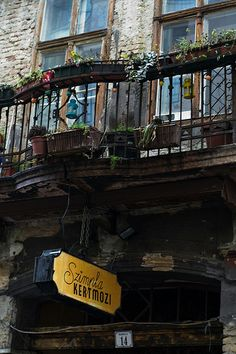 Budapest's famous ruin bar is home to a weekly market. A visit to the Szimpla Kert Farmer's Market on Sundays is a must for any food lover. No Ceilings, European River Cruises, Old Apartments, Budapest Hungary, Travel Planner, Oh The Places You'll Go, Night Skies, Farmers Market, Marketing