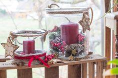 Winter Windlichter für Dich. Rote Kerzen, Fellband, Sterne und Beeren - das alles wirkt perfekt als Weihnachtsdekoration.