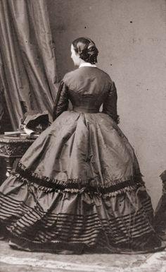 Podrían jugar a lo informal en una falda con volantes con cintas. | 23 Charming Photos That Prove The Victorian Era Had The Best Fashion