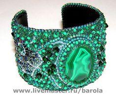 Купить или заказать Малахитовый браслет в интернет-магазине на Ярмарке Мастеров. Зелёный, яркий вышитый браслет с фантазиными цветами и малахитом Вышивка мелким бисером.…