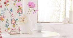 Man nehme: eine alte Vase, Gipsbinden, eine Stoffblüte und weiße Farbe. Das Ergebnis: ein außergewöhnliches Objekt, das mit und ohne Blumen schön aussieht.