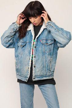 Veste en jean Levis vintage des années 80 en Jean bleu délavé avec doublure blanche en fausse peau de mouton. Surdimensionné d'ajustement avec boutons pressions sur le devant. Fonctionne pour les hommes ou les femmes. Chaque article que nous vendons est vintage authentique et one-of-a-kind