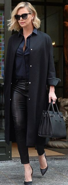 Charlize Theron shows off her toned stems in leather leggings - Leggings Black - Ideas of Leggings Black - Turning heads: The actress cut a stylish figure in the look adding a navy but Look Fashion, Fashion Models, Womens Fashion, Fashion Trends, Petite Fashion, Curvy Fashion, Fashion Bloggers, Fall Fashion, Fashionista Trends
