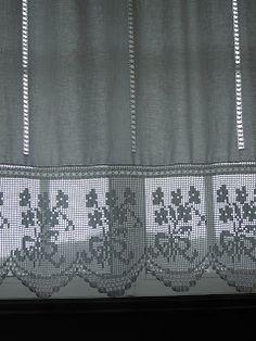 Mais uma cortina com renda em croché e bainhas abertas, elegante para qualquer local de uma casa...