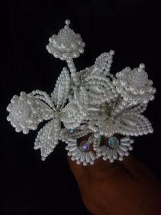 Imagen rellenos de tembleques - grupos.emagister.com Seed Bead Flowers, Beaded Flowers, Beaded Necklace Patterns, Beaded Jewelry, Native American Beadwork, Hair Beads, Hair Ornaments, Handmade Flowers, Bead Weaving
