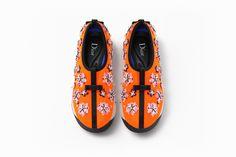 Sneaker en matière technique orange, broderies fleurs et semelle rose - Souliers Dior