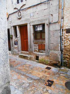 Motivo Decorativo Dominico sobre dintel  de puerta. Muchas de las dinteles de Mogarraz tienen símbolos marianos o dominicos, para intentar hacer olvidar que Mogarraz fue antes una judería.
