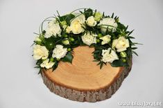 Creative Flower Arrangements, White Flower Arrangements, Flower Arrangement Designs, Floral Centerpieces, Deco Floral, Arte Floral, Flowers In Hair, White Flowers, Cemetery Decorations