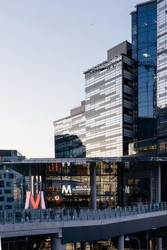Mall of Scandinavia med över 200 butiker och massor av restauranger fördelat på 300 000 kvadratmeter är Skandinaviens största köpcentrum och den sista pusselbiten i Arenastaden. Den nya stadsdelen som vuxit fram i Solna. BAU arkitekter har låtit sig inspireras av islossning och roterande isflak som fångar solens vandring över fasaden. Innemiljön är uppbyggd kring de tre elementen jord, vatten och vind. Schücoprodukter bland annat fasad FW 50+. Foto Magnus Östh.