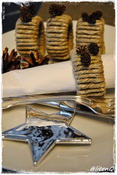 Serviettringer laget av doruller surret med hamp.