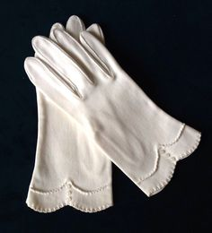 Vintage 50's 60's Ladies GRANDOE Wrist Gloves Size 8 White Scalloped Buttons 1950s Fashion, Vintage Fashion, Types Of Handbags, Vintage Gloves, Classy And Fabulous, Fashion Days, Hand Warmers, Vintage Accessories, Vintage Ladies
