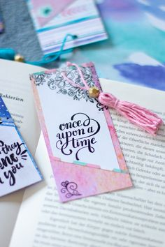 Quick DIY: Make paper bookmarks pretty - Quick DIY: Make paper bookmarks pretty Informations About Quick DIY: Papier-Lesezeichen hübsch gest - Creative Bookmarks, Cute Bookmarks, Paper Bookmarks, Bookmark Craft, Watercolor Bookmarks, Crafts For Teens To Make, Diy And Crafts, Upcycled Crafts, Kids Diy