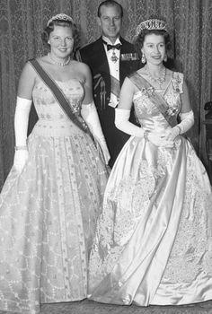 La reina Beatriz de Holanda, la reina Isabel II del Reino Unido y el Príncipe Felipe, duque de Edimburgo en 1958.