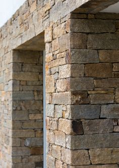 Gneiss of saint-yrieix. E touch of light and sobriety on the facade of a housing in nantes écoration Stone Exterior Houses, Wall Exterior, Stone Houses, Masonry Work, Stone Masonry, Stone Wall Design, Brick Design, Brick Cladding, Building Stone