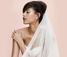 Zu einem schlichten Brautkleid passt moderner Schmuck in Silber