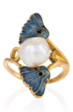 René Lalique - An Art Nouveau 18 karat gold, enamel, and pearl ring, French, circa 1900. Signed Lalique. The ring has a freshwater baroque pearl measuring approximately 8.85 x 9.01 x 6.5 mm. and two enamel poppies. #Lalique #ArtNouveau #GoldJewelleryArtNouveau