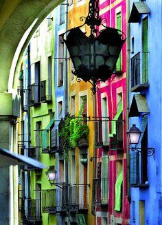 Cuenca: fachadas de colores en la calle Alfonso VIII.