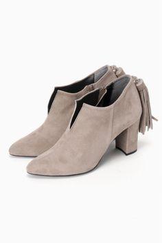 AFFRANCHIEバックフリンジショートブーツ  AFFRANCHIEバックフリンジショートブーツ 20520 2016AW SLOBE IENA AFFRANCHIE SLOBEオリジナルシューズから新ラインがデビュー パンプスを好む女性に送る第2の靴 トレンド感がありながらもどこか女心をくすぐるデザインがコンセプト 足元から始まるフェミニンで今年らしいおしゃれを提案します こちらの商品はSLOBE IENAでの取り扱いになります 直接店舗へお問い合わせの際はSLOBE IENA店舗へお願い致します