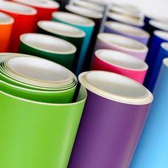 Vinil adesivo para aplicações diversas em superfícies planas ou com cuvas simples, material de alta durabilidade.