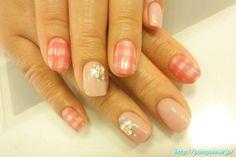 Nail pink plaid