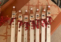 Fence Post Crafts, Fence Board Crafts, Wood Fence Post, Yard Art Crafts, Old Fence Boards, Scrap Wood Crafts, Driftwood Crafts, Wooden Projects, Wooden Fence
