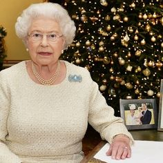 Here's how Buckingham Palace does Christmas decorations