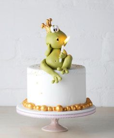 Adorable & #Cute #Frog #Cake! The frog is holding the candle! Too cute! We love and had to share! Great #CakeDecorating!