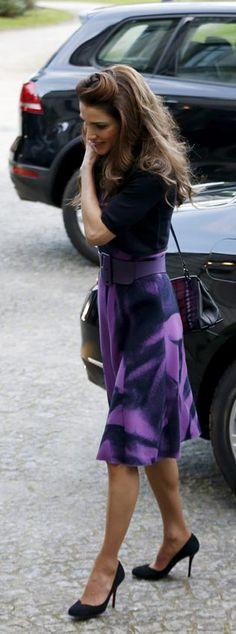 Fecha: 12 de enero de 2016. 'Look': Rania de Jordania escogió un vestido negro y morado, que decoró con un cinturón y una chaqueta de punto con manga corta. Como complementos, lució un bolso 'estilo bandolera' en negro y salones al tono.