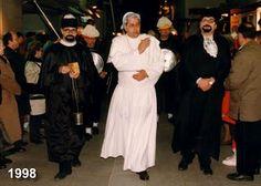 Al mig de la fotografia, Ricard Oliveras en el paper de Papa, al seu costat els notaris municipals del carnaval Joan Danés i Jordi Iglesias, baixant pel carrer Major