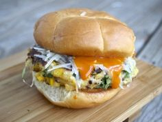 Crispy Buffalo Sweet Corn Quinoa Burgers Quinoa Burgers, Vegan Burgers, Vegetarian Recipes, Healthy Recipes, Healthy Meals, Yummy Recipes, Healthy Food, Clean Eating, Healthy Eating