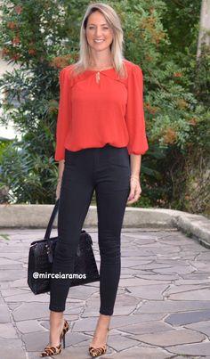 #stoffhose #animalprint Simple and cute work look: red top, black capris, animal print heels.