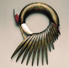 Necklace | Liv Blåvarp of Norway is a master woodworker, creating one of a kind sculpture to wear necklaces/collars. - #Joyas de #arte en @BijouPrivee