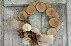 Az ügyesebbek, és akik szeretik az egyszerű természetes díszeket készíthetnek fából készült koszorút.