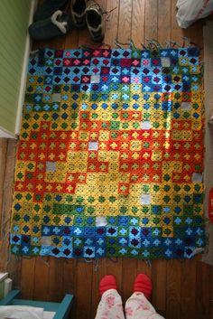 Temperature blanket with lows in the center and highs on the outer ring (squares, granny, pixel) Crochet Quilt, Crochet Squares, Crochet Yarn, Crochet Stitches, Crochet Flower Patterns, Crochet Blanket Patterns, Quilt Patterns, Bright Quilts, Colorful Quilts