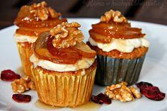 Bramborovo-oříškové muffiny se svěží krémem a karamelizovanými hruškami