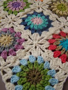 Granny squares- I love the way these are joined together ༺✿ƬⱤღ  https://www.pinterest.com/teretegui/✿༻