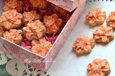 mini orange flower cookies