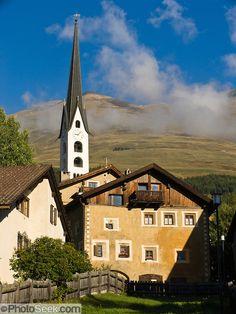Das Dorf Zuoz im Engadin. Graubünden. Schweiz.
