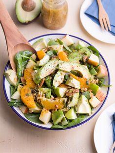 Salade d'épinards, avocat, pomme et mélange de noix