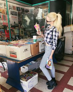 "287.9 mil Me gusta, 1,773 comentarios - ♡DOVE♡ (@dovecameron) en Instagram: ""light reading"""