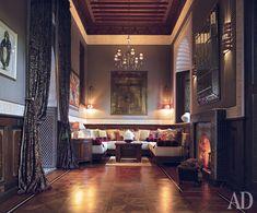 Salon no primeiro andar com dois quartos Riad.Royal Mansour está localizado no site dos antigos jardins reais. Foi concebido como Medina - bairro árabe tradicional, rodeado por uma muralha. Em vez dos habituais edifícios do hotel com quartos construídos aqui riads cinquenta e três casas marroquinas tradicionais com pátios, fontes, e localizado em três andares de quartos.
