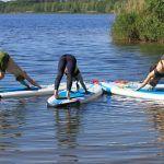 SUP Yoga - Yoga auf dem Wasser Diesen Sommer verbringen wir auf dem Wasser, ohne auf Yoga zu verzichten. Beides kommt zusammen beim SUP - Yoga.