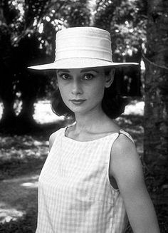 33-1120 Audrey Hepburn on location for