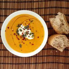 Βελουτε σούπα καρότου   ΥΛΙΚΑ:    1 μεγάλο κρεμμύδι  1 μεσαία πατάτα  700γρ. καρότα (7-8 μεσαία καρότα)  4 κ.σ. ελαιόλαδο  1 κ.γ. καστανή ζάχαρη  1/2 κ.γ. φ... My Cookbook, Greek Recipes, Chinese Food, Thai Red Curry, Recipies, Food Porn, Food And Drink, Soup, Vegetarian