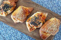 Små lækre pølsehorn Danish Cuisine, Danish Food, Scandinavian Food, Good Food, Yummy Food, Eat Lunch, Lunch Time, Bread Bun, Everyday Food