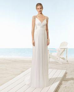 Vestido de novia ligero de muselina de seda con escote pico y espalda joya de pedrería, en color natural.