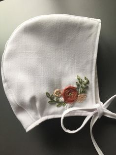 Embroidered Bonnet/ baby girl/ embroidery/ baby bonnet Sew my little heart away Baby Bonnet Pattern, Baby Hat Knitting Pattern, Baby Hat Patterns, Baby Hats Knitting, Sewing Patterns, Beanie Pattern, Handgemachtes Baby, Baby Girls, Little Mermaid Costumes